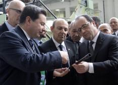François Hollande visite une entreprise qui va vendre 24 tuyaux grâce au Rafale Saint-Vigneuc sur Ploumadec - Dans la suite logique de sa démarche médiatique devant faire la démonstration que la France est sur la route du renouveau économique, le Président de la République, François Hollande, a visité une entreprise bretonne qui, grace à la vente de Rafale à l'Égypte va vendre 24 tuyaux à l'international. En effet, l'entrerprise Breizh Tuyaux, sous-traitante d'un sous-traitant d'une filiale asiatique de Thalès qui fabrique une partie de la section arrière du surcouplace d'injection, fabrique un tuyau qui répond aux normes environnementales très strictes recherchées en ce cas. Après un appel d'offres qui l'a mise en concurrence avec dix-sept autres sociétés de par le vaste monde, c'est finalement Breizh Tuyaux qui a été sélectionnée pour la fabrication de cet élément essentiel sans lequel notre force aérienne serait irrémédiablement collée au sol. Heureux de constater la grandeur de l'innovation technologique et soucieux de faire la démonstration que la France est enfin sur la bonne voie du redressement et que les français pourront alors voter une nouvelle fois pour lui, François Hollande s'est rendu sur place afin de féliciter le PDG et les ingénieurs de cette belle société nationale. Grace à un crédit d'impôt, des aides, une remise gracieuse des charges et autres taxes, la mise en place d'une ligne de bus, l'exonération de la taxe professionelle et une carte d'abonnement sur Air France, Breizh Tuyaux va pouvoir fournir les 24 tuyaux qui serviront à la fabrication des 24 Rafale vendus à l'Égypte. Plusieurs membres du gouvernement, dont Najat Vallaud-Belkacem, vont se rendre sur place, cette dernière afin d'annoncer la mise en place d'une filière 'tuyaux' à partir de la 5ème qui sera proposée en échange de deux heures de cours de français qui disparaitront pour faire de la place. Manuel Valls a proposé que ces tuyaux soient baptisés 'Esprit du 11 Janvier' et portent 